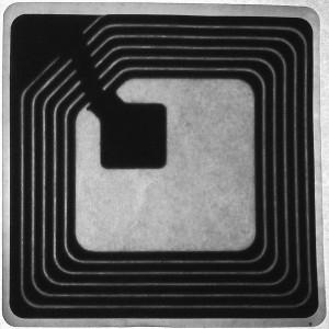 Typisches RFID-Tag, mit Schreibtischlampe durchleuchtet